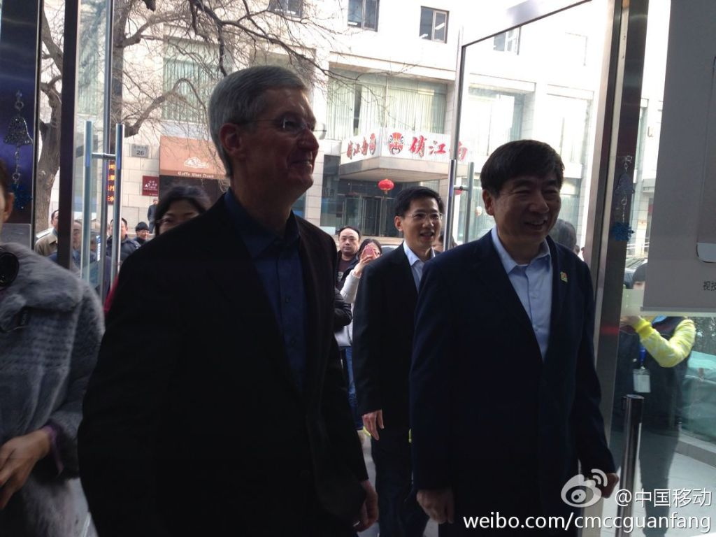 Tim-Cook-appears-in-Beijing-store-for-todays-iPhone-launch-on-China-Mobile-02