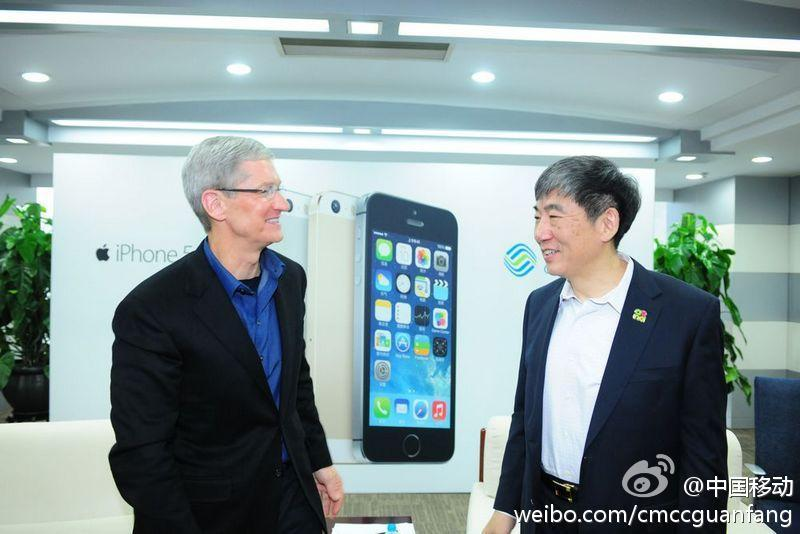 Tim-Cook-appears-in-Beijing-store-for-todays-iPhone-launch-on-China-Mobile-03