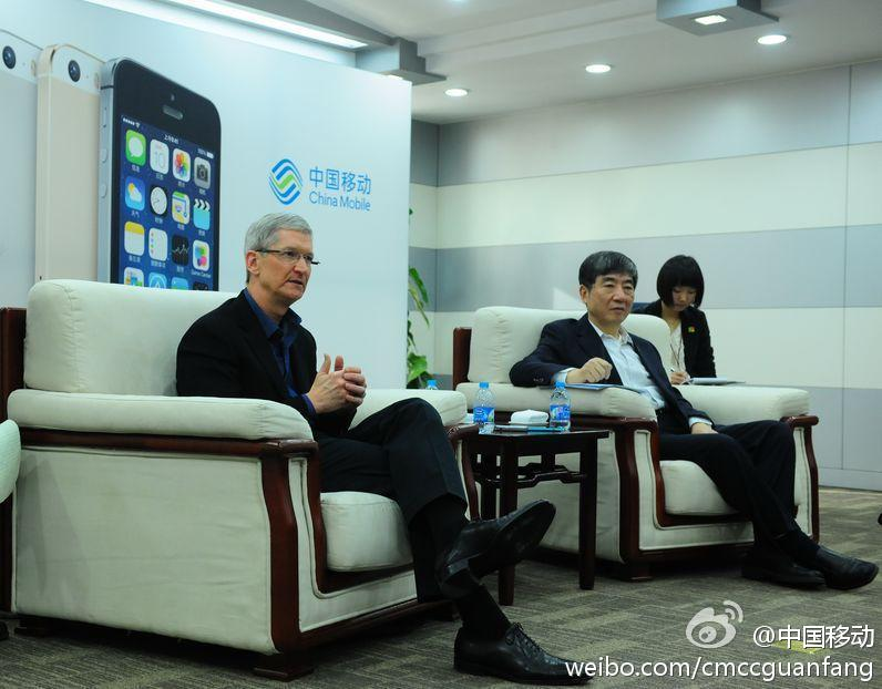 Tim-Cook-appears-in-Beijing-store-for-todays-iPhone-launch-on-China-Mobile-05