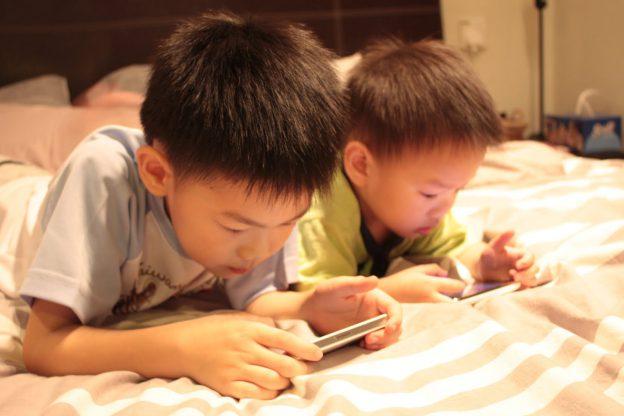 kid-smart-phone-IMG_3978
