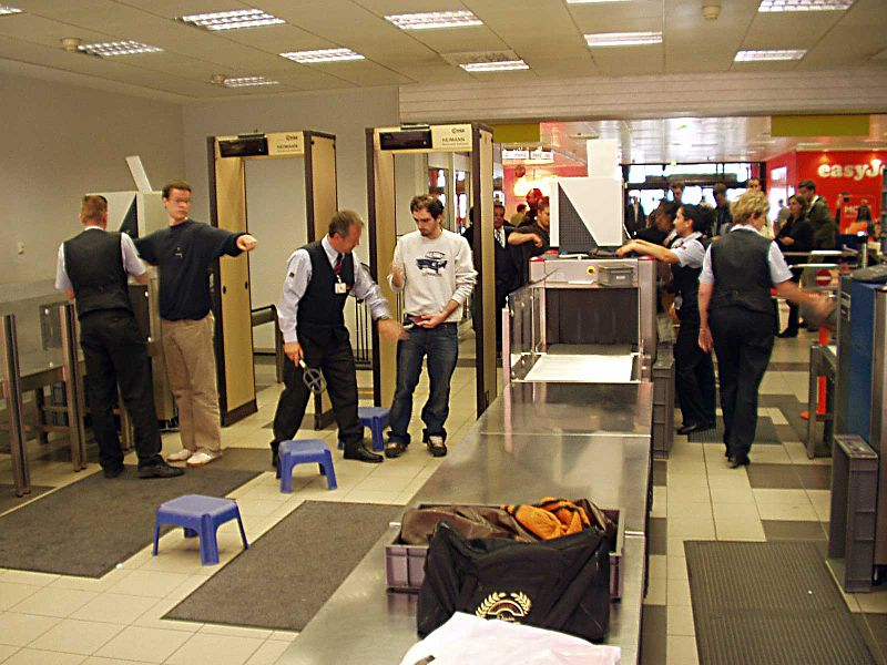 Berlin_Schönefeld_Airport_metal_detectors