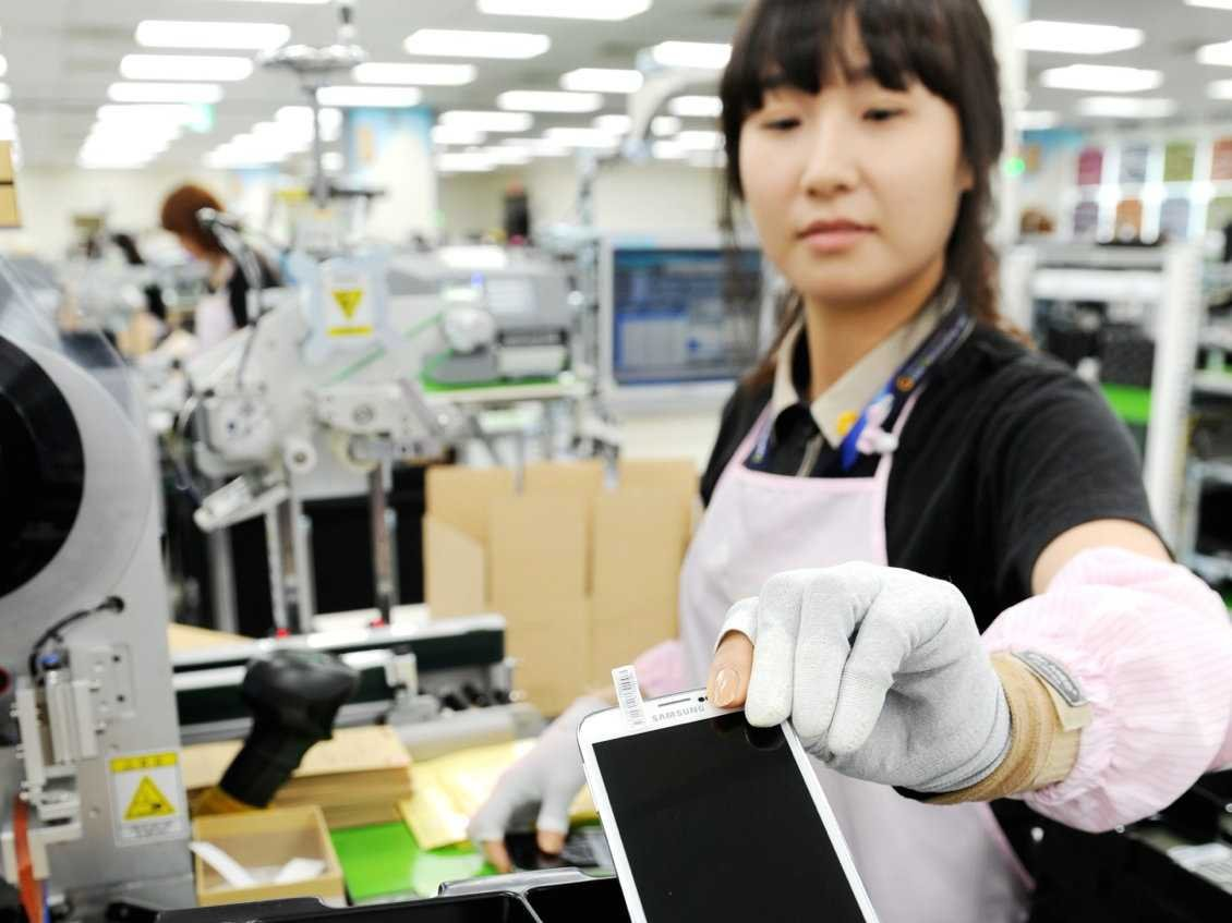 samsung-gumi-factory-worker-with-galaxy-s5-1