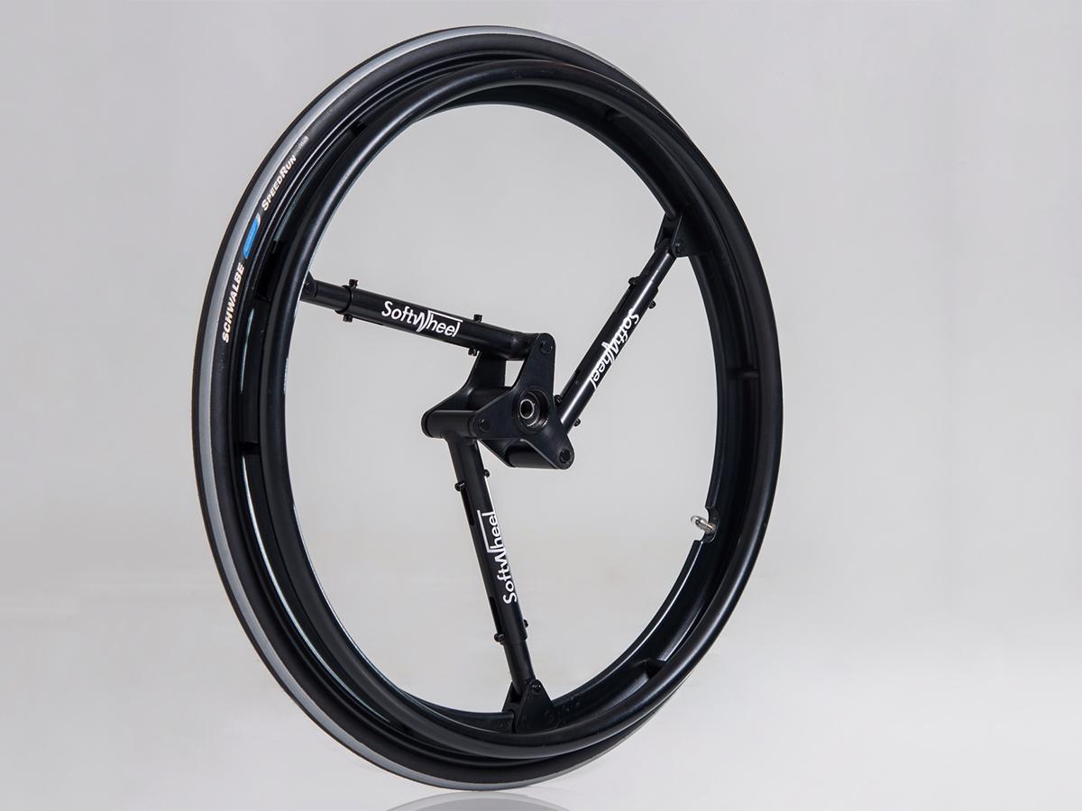 以色列農夫骨盆破裂,不棄農活發明內建懸吊輪椅
