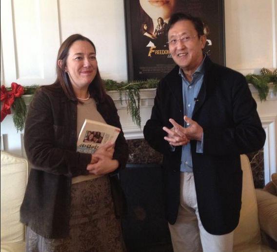 Kingston創辦人杜紀川John與知名作家合照 圖片來源 金士頓 Facebook 主頁