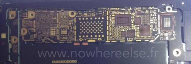雖然這主機板的並不是完整的產品,但消息來源指稱,這應該是 4.7 吋的 Apple iPhone 6,且與先前曝光的手機機殼內部畫面來看,螺絲鎖點確實完全相符。   在各大品牌智慧型手機陸續支援 Wi-Fi 802.11ac 網路後,Apple 也為旗下產品加入該功能並不意外,倒是 NFC 近距離通訊感應晶片會安裝在何處,才能避免金屬機身干擾這點讓人較感興趣;若有相關訊息,VR-Zone 會為大家持續關注。