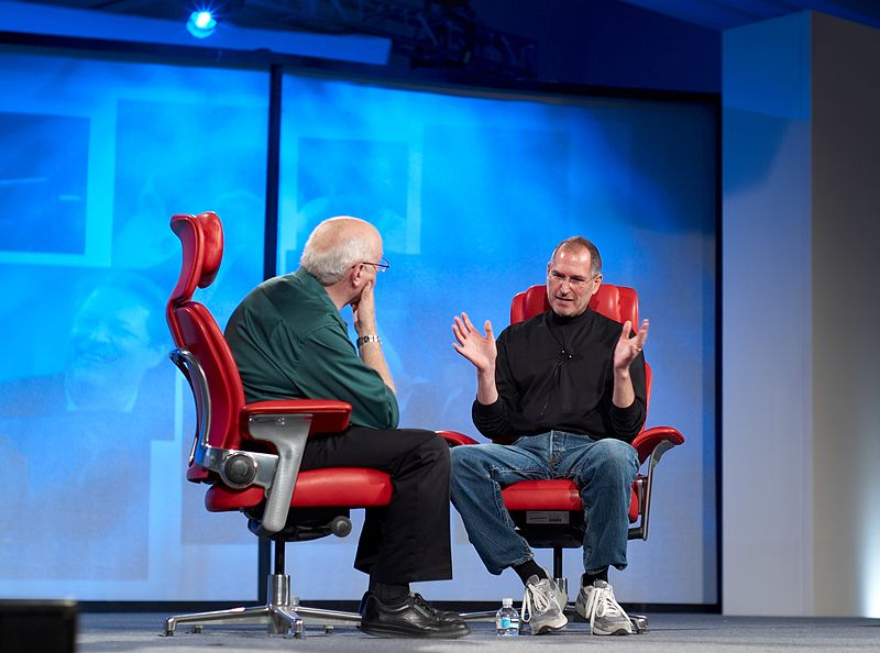 800px-Walt_Mossberg_and_Steve_Jobs