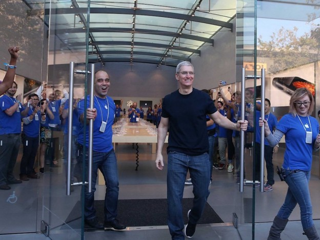 Tim-Cook_Apple-Store_2