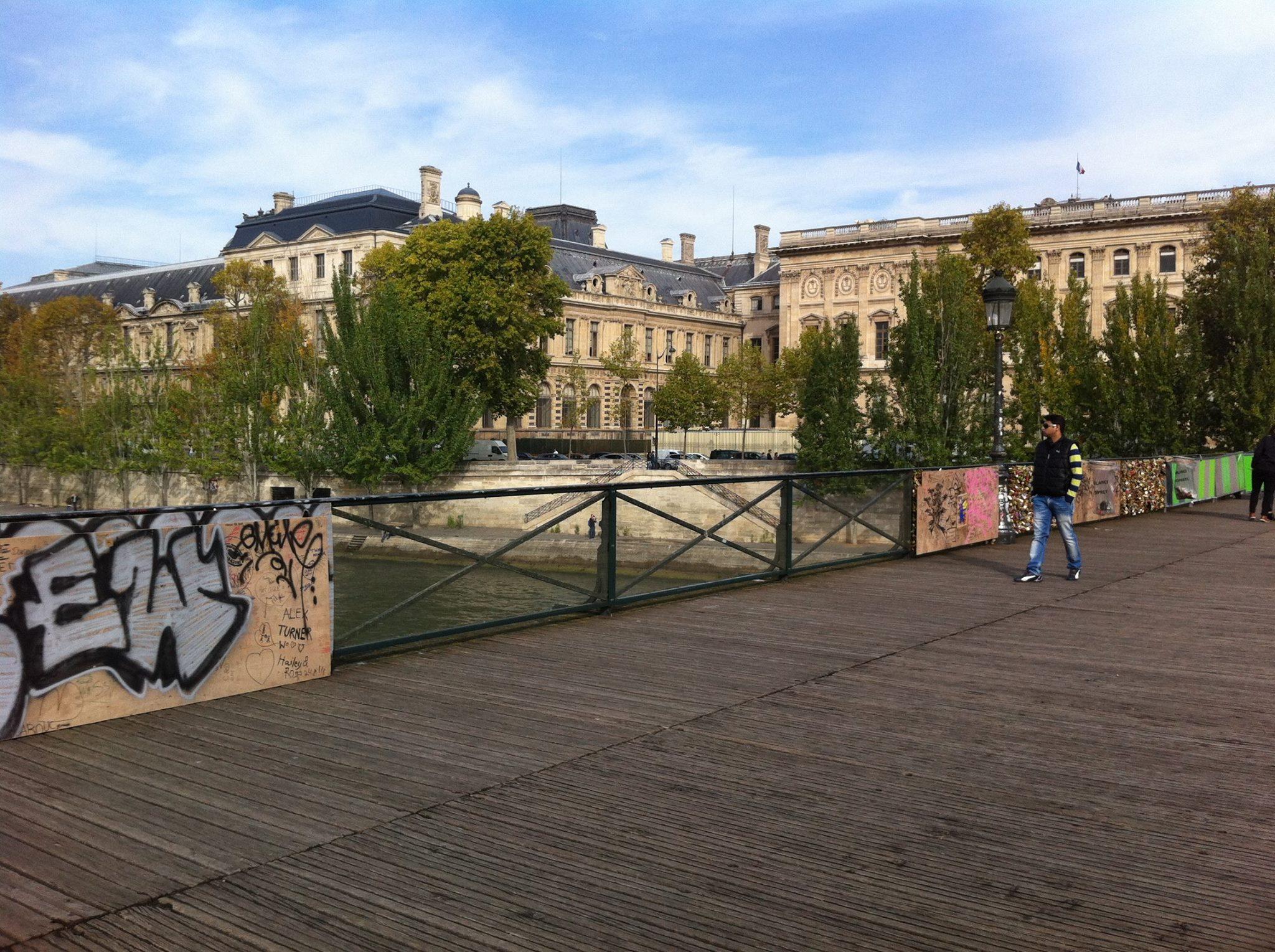 巴黎拒绝爱情锁,鼓励情侣发自拍照代之