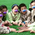 防霧霾新招 京滬兩地小學生戴假鼻子