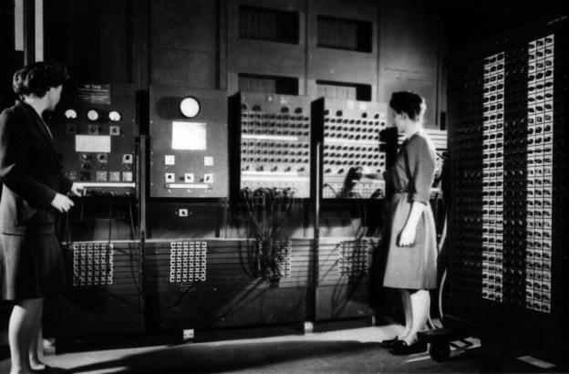 Two_women_operating_ENIAC_(full_resolution)