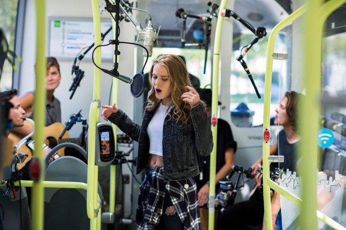 瑞典電動巴士安靜到可以在行駛時錄歌