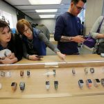 下載自路透 Customers look at new Apple Watch Series 1 and Series 2 watches as they go on sale for the first time at Australia's flagship Apple store in Sydney, September 16, 2016.    REUTERS/Jason Reed - RTSNYJM