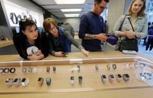 下載自路透 Customers look at new Apple Watch Series 1 and Series 2 watches as they go on sale for the first time at Australia's flagship Apple store in Sydney, September 16, 2016.    REUTERS/Jason Reed - RTSNYJM