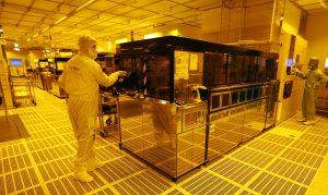 達志影像不得重複使用!!! An employee is pictured inside a clean room of German semiconductor manufacturer Infineon in Regensburg February 12, 2013.     REUTERS/Michael Dalder(GERMANY - Tags: BUSINESS EMPLOYMENT SCIENCE TECHNOLOGY) - RTR3DONS