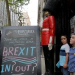 "達志影像不得重複使用!!! Children pose next to a chalkboard advertising a Brexit viewing event at ""The Churchill Tavern"", a British theme bar, on the day where Britain votes whether or not to remain in the European Union in the Manhattan borough of New York, U.S., June 23, 2016. REUTERS/Andrew Kelly  - RTX2HUIX"