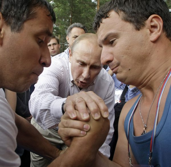"達志影像不得重複使用!!! Russian Prime Minister Vladimir Putin (C) adjudicates an arm-wrestling match during his visit to the summer camp of the pro-Kremlin youth group ""Nashi"" at lake Seliger, some 400kms north of Moscow August 1, 2011. REUTERS/Mikhail Metzel/Pool (RUSSIA - Tags: POLITICS SOCIETY) THIS IMAGE HAS BEEN SUPPLIED BY A THIRD PARTY. IT IS DISTRIBUTED, EXACTLY AS RECEIVED BY REUTERS, AS A SERVICE TO CLIENTS - RTR2PIY2"