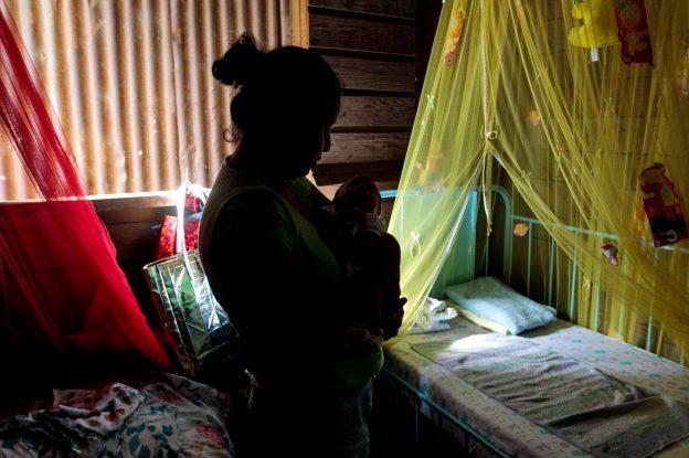 達志影像不得重複使用!!! Marta Ruiz, who was diagnosed with clinical symptoms of the Zika virus during pregnancy, holds her 22-days-old son Ithan Davila, who was born healthy at Catarina town, Nicaragua, May 3, 2016. REUTERS/Oswaldo Rivas  - RTX2D028