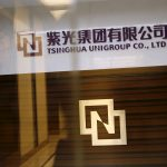 達志影像不得重複使用!!! Tsinghua Unigroup logo is seen at its office in Beijing, China, November 15, 2015. China's Tsinghua Unigroup Ltd plans to invest 300 billion yuan ($47 billion) over the next five years to build the world's third-biggest chipmaker, the chairman of the state-backed technology conglomerate said on Monday. Chairman Zhao Weiguo told Reuters in an interview that Tsinghua Unigroup, controlled by Beijing's elite Tsinghua University which counts President Xi Jinping among its alumni, was in talks with a U.S.-based company involved in the chip industry. Picture taken November 15, 2015. REUTERS/Kim Kyung-Hoon - RTS79FE