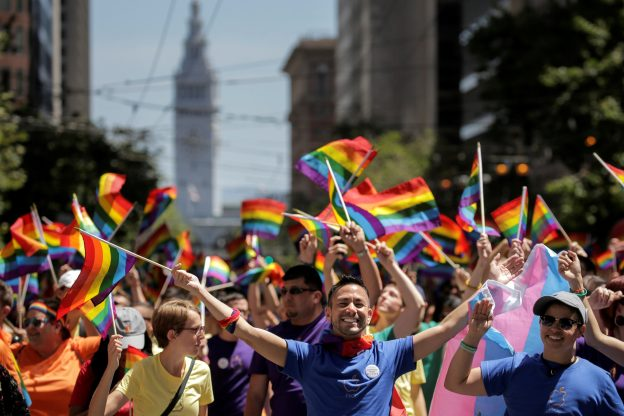 達志影像不得重複使用!!! Apple employees wave rainbow flags while marching in the San Francisco LGBT Pride Parade in San Francisco, California, U.S. June 26, 2016. REUTERS/Elijah Nouvelage  - RTX2ID8W