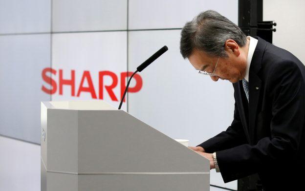 達志影像不得重複使用!!! Sharp Corp Chief Executive Kozo Takahashi bows during a company results news conference in Tokyo, Japan, May 12, 2016. REUTERS/Toru Hanai - RTX2DXYV
