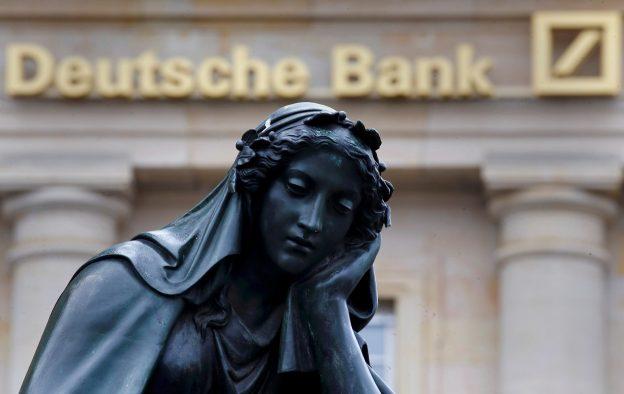 圖片來源:《達志影像》 圖片取自路透社 A statue is seen next to the logo of Germany's Deutsche Bank in Frankfurt, Germany, January 26, 2016.    REUTERS/Kai Pfaffenbach/File Photo - RTX2C57X