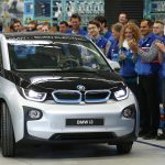 達志影像不得重複使用!!! Workers applaud as the first serial production BMW i3 electric car is driven by Harald Krueger, member of the board of management of BMW during a ceremony at the factory in Leipzig September 18, 2013.  REUTERS/Fabrizio Bensch (GERMANY - Tags: TRANSPORT TPX IMAGES OF THE DAY) - RTX13PQC