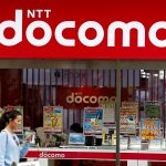 達志影像不得重複使用!!! A woman walks past a brach of Japanese mobile communications company NTT Docomo in Tokyo, Japan, May 16, 2016. REUTERS/Thomas Peter - RTSFHAX
