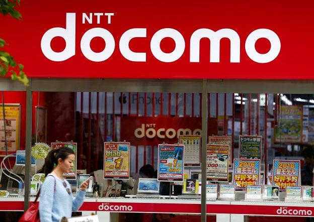 達志影像不得重複使用!!! A woman walks past a brach of Japanese mobile communications company NTT Docomo in Tokyo, Japan, May 16, 2016. REUTERS/Thomas Peter - RTSFHAX
