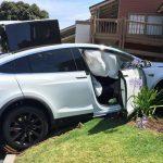 Tesla 電動車發生意外,駕駛丈夫質疑自動駕駛功能出問題