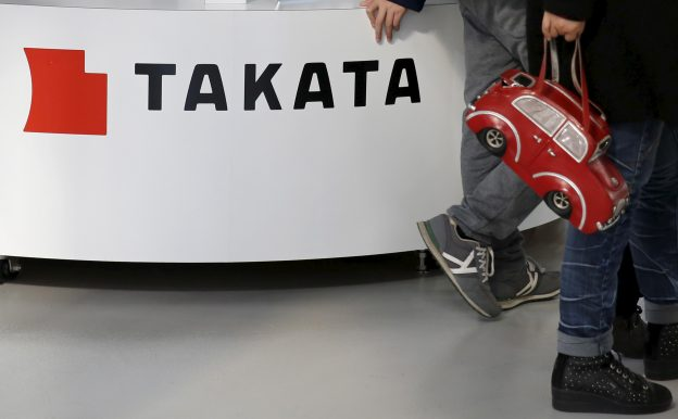 達志影像不得重複使用!!! Visitors walk past a logo of Takata Corp on its display at a showroom for vehicles in Tokyo, Japan February 5, 2016. Japanese air bag maker Takata Corp kept its full-year earnings guidance unchanged on Friday, but said it had not factored in the most recent recall of millions of vehicles in the United States and elsewhere that could cause its quality-related costs to balloon. REUTERS/Toru Hanai - RTX25K51