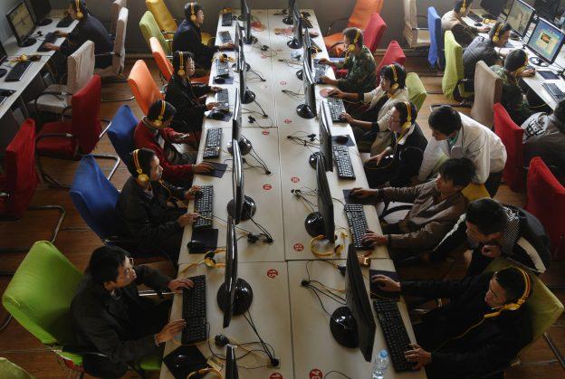 下載自路透 People use computers at an internet cafe in Changzhi, Shanxi province November 3, 2009. Piracy, long a problem for foreign media companies in China, also stands to stifle innovation by the country's own dynamic Internet industry, the chief executive of one of China's oldest Web companies said on Monday. REUTERS/Stringer (CHINA SCI TECH SOCIETY) CHINA OUT. NO COMMERCIAL OR EDITORIAL SALES IN CHINA - RTXQAFY