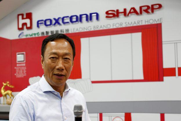 下載自路透 Terry Gou, chairman of Hon Hai Precision Industry, better known as Foxconn, speaks at a Sharp showroom in New Taipei City, Taiwan June 22, 2016. REUTERS/Tyrone Siu - RTX2HIJ2
