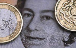 圖片來源:《達志影像》 圖片取自路透社 A two Euro coin is pictured next to a one Pound coin on top of a portrait of Britain's Queen Elizabeth in this file photo illustration shot March 16, 2016.  REUTERS/Phil Noble/Illustration/File Photo - RTX2K3O8