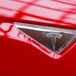 圖片來源:《達志影像》 圖片取自路透社 A Tesla logo on a Model S is photographed inside of a Tesla dealership in New York, U.S., April 29, 2016. REUTERS/Lucas Jackson/File Photo - RTX2CU8G