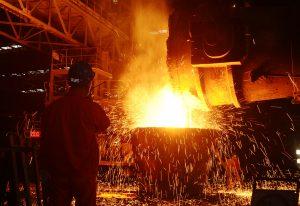 圖片來源:《達志影像》 圖片取自路透社 An employee works at a steel factory in Dalian, Liaoning Province, China, June 27, 2016. Picture taken June 27, 2016. REUTERS/Stringer ATTENTION EDITORS - THIS IMAGE WAS PROVIDED BY A THIRD PARTY. EDITORIAL USE ONLY. CHINA OUT. NO COMMERCIAL OR EDITORIAL SALES IN CHINA. - RTX2J5R3