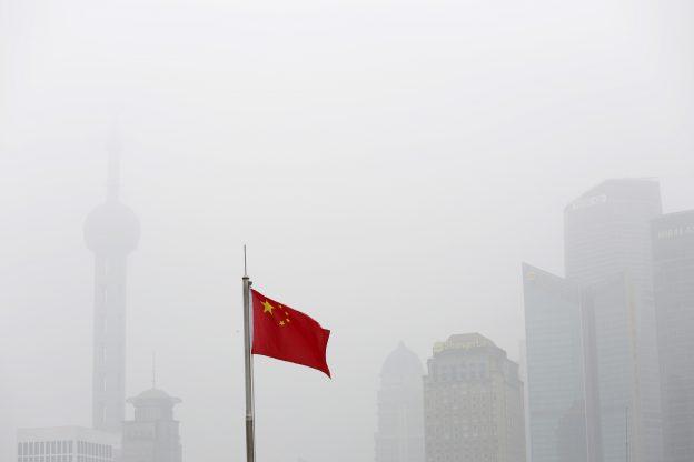圖片來源:《達志影像》 圖片取自路透社 Chinese flag is seen in front of the financial district of Pudong amid heavy smog in Shanghai, China, December 23, 2015. REUTERS/Aly Song - RTX1ZUPB