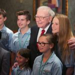 圖片來源:《達志影像》 圖片取自路透社 Warren Buffett poses for pictures with finalists at his Secret Millionaires Club 'Grow Your Own Business Challenge' in Omaha, Nebraska, United States, May 18, 2015. The contest, in its fourth year, attracted entries from more than 4,000 boys and girls ages 7 to 14. The top entrants flew to Omaha, Nebraska to be judged and show Buffett their ideas.   REUTERS/Lane Hickenbottom - RTX1DJKF