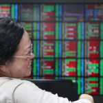 下載自路透 A woman laughs while monitoring stock market prices inside a brokerage in Taipei, Taiwan, April 24, 2015.  Taiwan stocks rose on Friday, extending gains not seen in 7-1/2-years following an overnight rally in the Nasdaq. REUTERS/Pichi Chuang  - RTX1A2DM