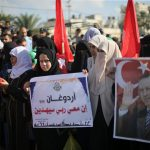 "下載自路透 Palestinians take part in a Hamas a rally in support of Turkish President Tayyip Erdogan's government against a coup attempt, in Khan Younis in the southern Gaza Strip July 16, 2016. The sign reads: ""Erdogan, my Lord is with me, He will guide me through"".  REUTERS/Ibraheem Abu Mustafa - RTSI93A"