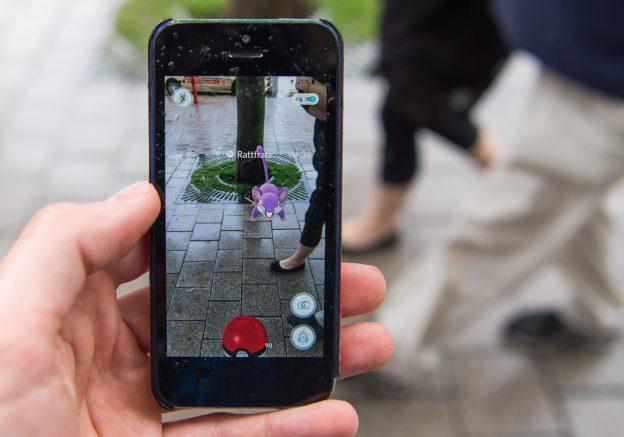 "下載自美聯社 ARCHIV - ILLUSTRATION - Ein Smartphone mit der App ""Pokemon Go"" wird am 13.07.2016 in Hamburg in der Hand gehalten. Auf dem Display ist das virtuelle Monster ""Rattfratz"" und das Bild, welches die Handykamera erzeugt, zu sehen. Das Spiel, bei dem die Spieler auf die Suche nach kleinen virtuellen Monster-Figuren gehen, hat auch in Deutschland einen Hype ausgelöst. Photo by: Lukas Schulze/picture-alliance/dpa/AP Images"