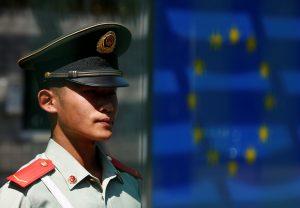 下載自路透 A Chinese guard stands in front of the European flag as he keeps watch at the Delegation of the European Union to China in Beijing, July 13, 2016.  REUTERS/Thomas Peter - RTSHNYD