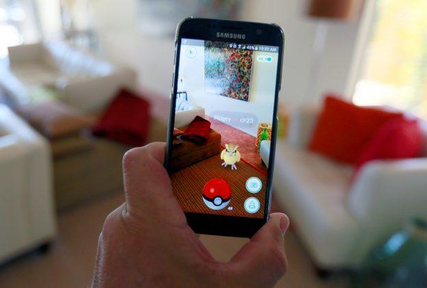 """下載自路透 The augmented reality mobile game """"Pokemon Go"""" by Nintendo is shown on a smartphone screen in this photo illustration taken in Palm Springs, California U.S. July 11, 2016.  REUTERS/Sam Mircovich/Illustration - RTSHFZ7"""