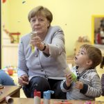 "圖片來源:《達志影像》 圖片取自路透社 German Chancellor Merkel plays with children at the City Kindergarten in Berlin, Germany June 21, 2016 as part of the ""Tag der kleinen Forscher"" (little explorer day).  REUTERS/Michael Kappeler/POOL - RTX2HBUN"