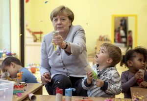 """圖片來源:《達志影像》 圖片取自路透社 German Chancellor Merkel plays with children at the City Kindergarten in Berlin, Germany June 21, 2016 as part of the """"Tag der kleinen Forscher"""" (little explorer day).  REUTERS/Michael Kappeler/POOL - RTX2HBUN"""