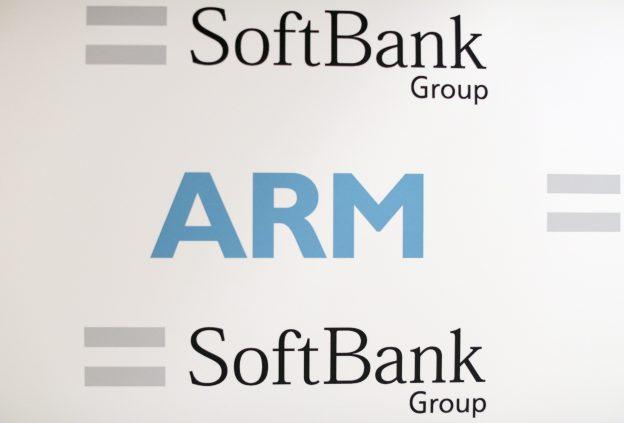 下載自路透 An ARM and SoftBank Group branded board is displayed at a news conference in London, Britain July 18, 2016. REUTERS/Neil Hall - RTSIHUR