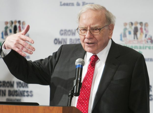 下載自路透 Warren Buffett speaks at his Secret Millionaires Club 'Grow Your Own Business Challenge' in Omaha, Nebraska, United States, May 18, 2015.  The contest, in its fourth year, attracted entries from more than 4,000 boys and girls ages 7 to 14. The top entrants flew to Omaha, Nebraska to be judged and show Buffett their ideas.  REUTERS/Lane Hickenbottom - RTX1DJKA