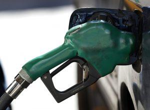 下載自路透 A gas nozzle is used to pump petrol at a station in New York February 22, 2011. Oil prices rose to their highest in 2-1/2 years on Tuesday as investors worried that the revolt in Libya could spread to top Middle East producers, as companies suspended operations and ports were disrupted.  REUTERS/Shannon Stapleton (UNITED STATES - Tags: ENERGY BUSINESS) - RTR2IY8G