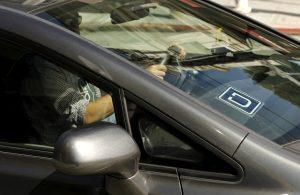 下載自路透 The logo for Uber is shown on a vehicle  in San Francisco, California May 7, 2015.REUTERS/Robert Galbraith/File Photo - RTSFS0G