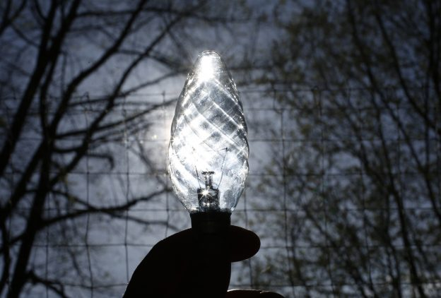 下載自美聯社 An Osram light bulb seen in Dortmund, Germany, 04 May 2016. Photo by: Ina Fassbender/picture-alliance/dpa/AP Images