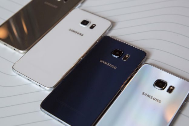 下載自路透 Samsung Galaxy S6 Edge+ phones are displayed at the Samsung Galaxy Unpacked 2015 event in New York August 13, 2015. Samsung Electronics Co Ltd unveiled a new Galaxy Note phablet and a larger version of its curved-screen S6 edge smartphone on Thursday, marking a fresh bid by the South Korean tech giant to revive momentum in its handset business. REUTERS/Andrew Kelly - RTR4Z1FK